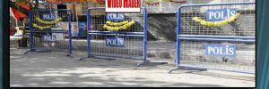 Polis barikatında kurutmalık dolma biber