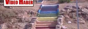 Konyaaltı Sahili'ne inen merdivenler boyandı