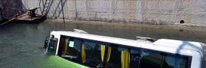 Otomobille çarpışıp, kanala uçtu: 5 yaralı