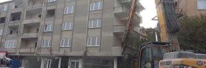 Arsa sahibine kızıp yaşadıkları binayı yıktırdılar