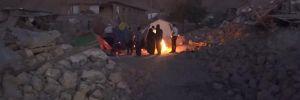 İranlı depremzedelerin zorlu gece yaşamı
