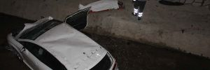 Otomobil kanala uçtu! 2 yaralı