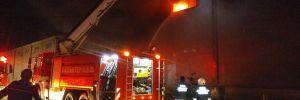 Sentetik tekstil fabrikası saatlerdir yanıyor
