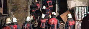 Beyoğlu'nda 4 katlı metruk binanın bir kısmı çöktü