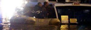 İtfaiye, su birikintisindeki araçta mahsur kalan sürücüyü botla kurtardı