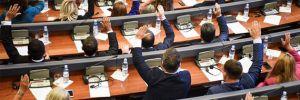 Kosova Meclisi'nde gaz bombalarına rağmen Karadağ sınır anlaşması onaylandı