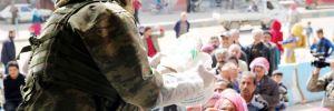 Mehmetçik, Afrin'de sivillere sıcak yemek dağıttı