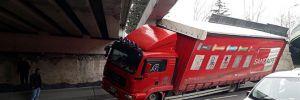 Bakırköy'de köprü altına sıkışan kamyon asılı kaldı