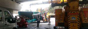 Yeşilköy'de vinç üst geçide çarptı