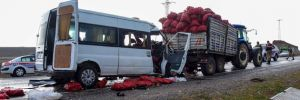 Ahlat'ta minibüs traktörle çarpıştı: 2 ölü, 1'i ağır 10 yaralı