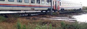 Ankara'dan Kurtalan'a giden yolcu treni sel nedeniyle yolda kaldı