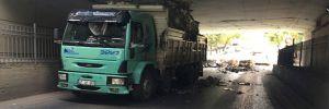 Atık kağıt taşıyan kamyon alt geçide takıldı