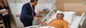 Başkan Çetin, hastaneleri ziyaret etti, karanfil dağıttı!