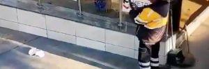 Temizlik görevlisi metro girişine çöp bırakıp fotoğrafını çekti
