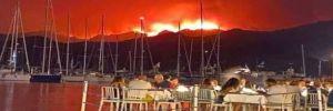 Orman yangını sırasında iskelede yemek yiyenler…!