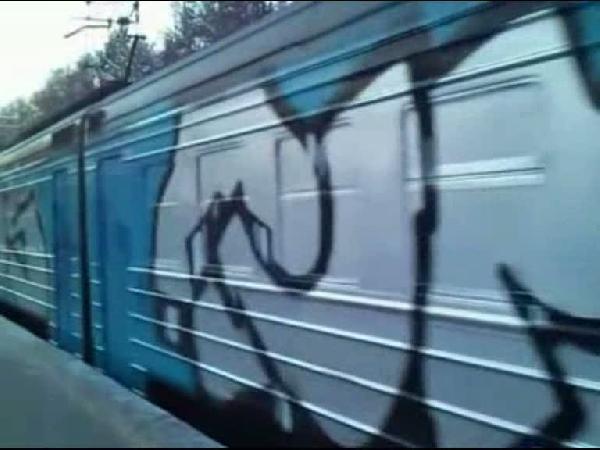 Holiganlar yolcu dolu treni durdurup baştan sona boyadı