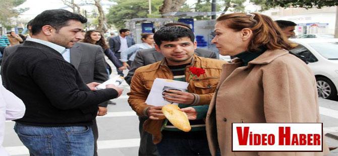 Urfa'da CHP'liler, Berkin'i anmak için ekmek dağıttı