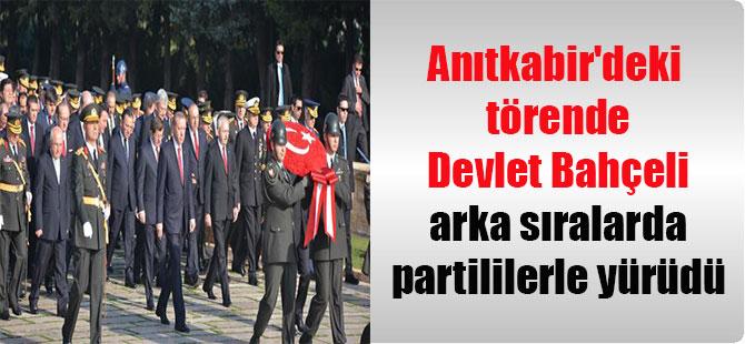 Anıtkabir'deki törende Devlet Bahçeli arka sıralarda partililerle yürüdü