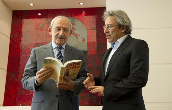 Can Dündar'dan Kılıçdaroğlu'na kitap armağanı