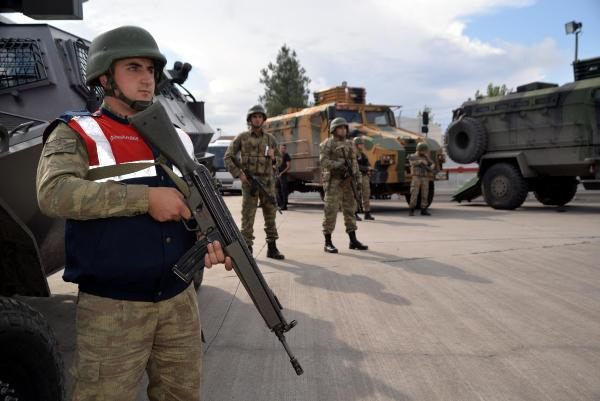 Diyarbakır'da asker kente indi!