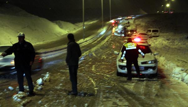 Kar yolları kapattı, araçlar mahsur kaldı