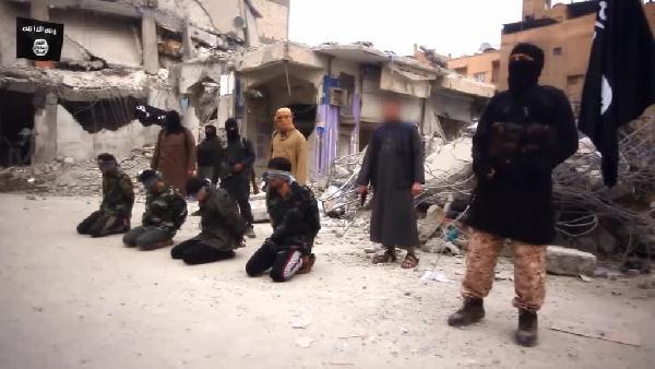 IŞİD Rakka'da 4 Esad askerini infaz etti