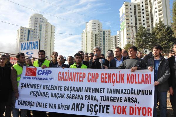 İnşaat işçileri yol kapatıp eylem yaptı