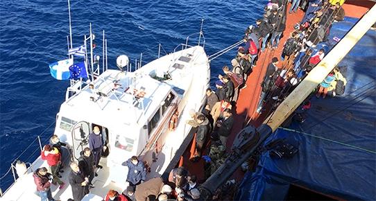 Kaçak göçmenleri taşıyan gemiye operasyon: 528 göçmen kurtarıldı