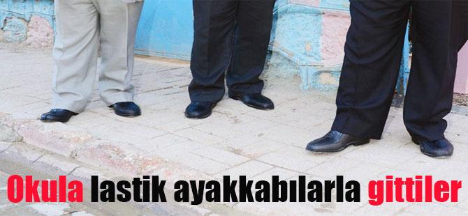 Okula lastik ayakkabılarla gittiler