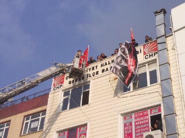 CHP İlçe binasına asılan 17 Aralık pankartı indirildi