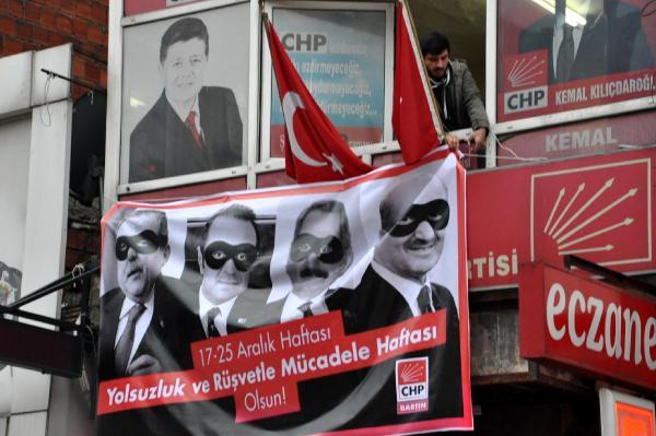 CHP binasına asılan '17 Aralık' pankartını polis kaldırttı