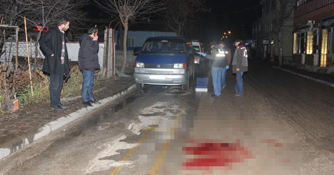Yol ortasıda 2 kişiyi bıçakladılar
