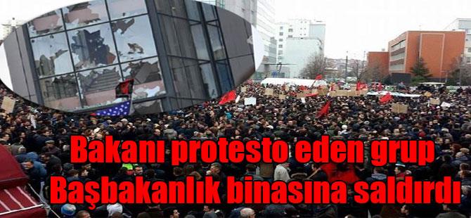 Bakanı protesto eden grup Başbakanlık binasına saldırdı