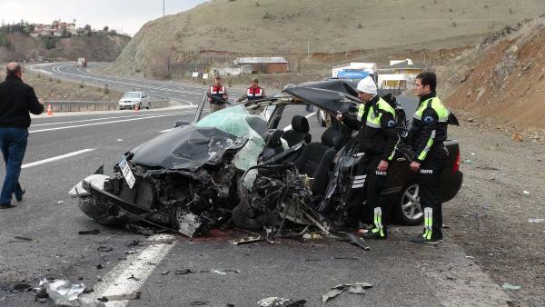 TIR'la çarpışan otomobilde infaz koruma memuru öldü
