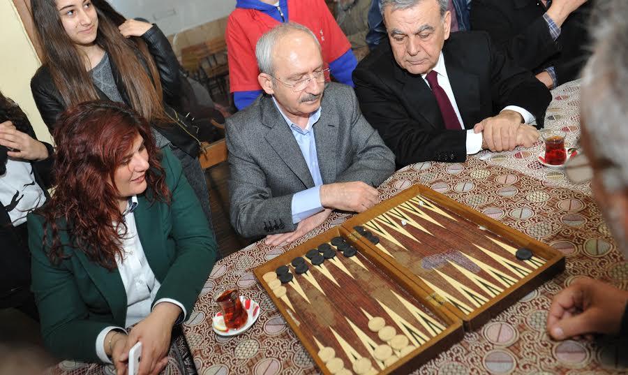 Kılıçdaroğlu, kahvehanede tavla oynadı