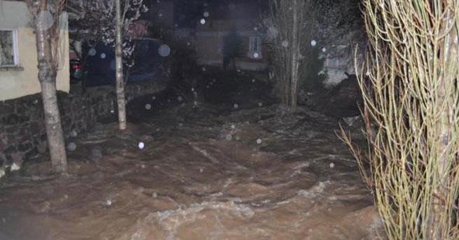 Dere taştı, köy sular altında kaldı