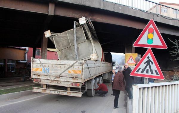 Zonguldak'ta TIR köprüye sıkıştı