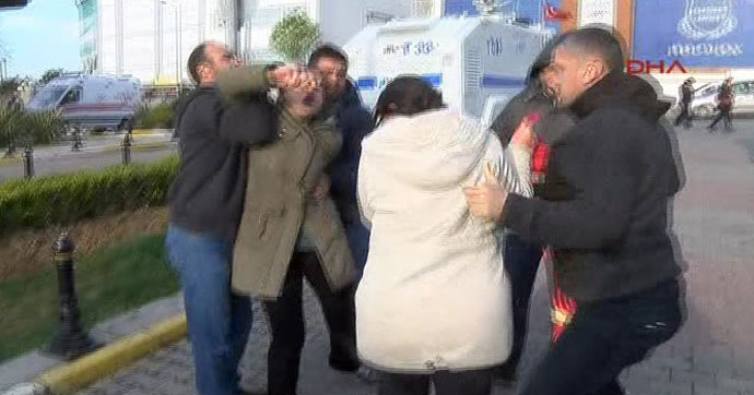 Adli Tıp önünde pankart açan 2 kadın gözaltına alındı