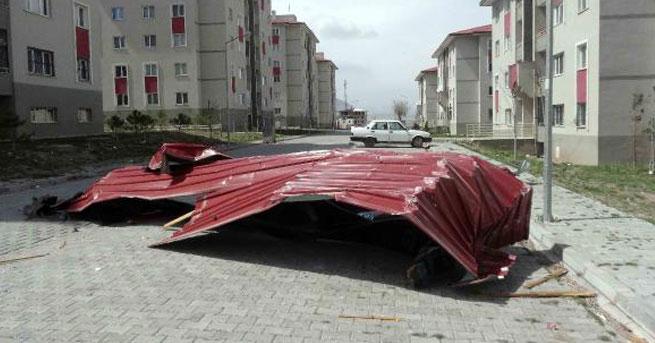 Fırtına TOKİ konutlarının çatılarını uçurdu!