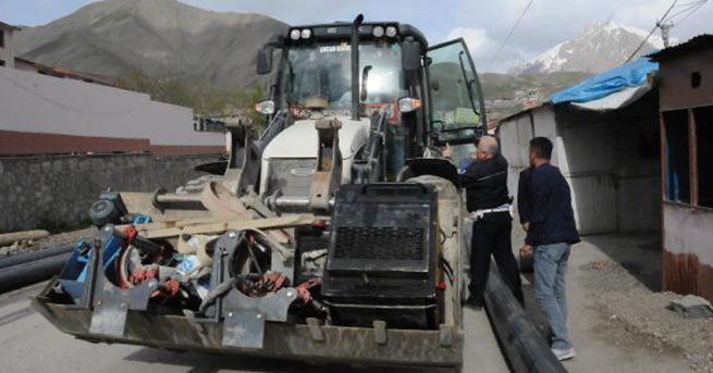 Valinin geçiş güzergahını kapattıkları gerekçesiyle iş makinelerine ceza kesildi