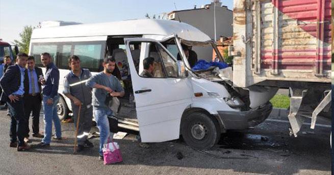 Yolcu minibüsü TIR'a arkadan çarptı: 6 yaralı