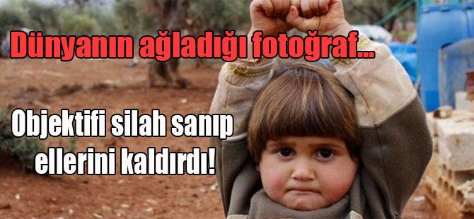Dünyanın ağladığı fotoğraf… Objektifi silah sanıp ellerini kaldırdı!