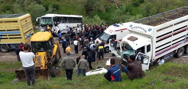 İşçi taşıyan midibüs kamyonla çarpıştı: 2 ölü, 15 yaralı
