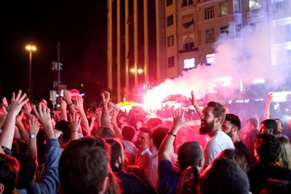 Galatasaraylı taraftarlar sokaklara taştı
