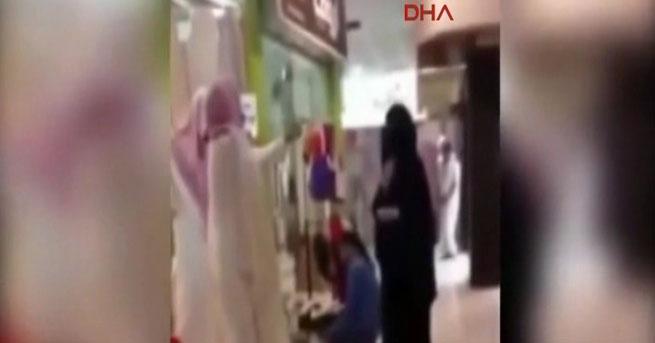 Elleri çıplak diye alışveriş merkezinden kovuldu