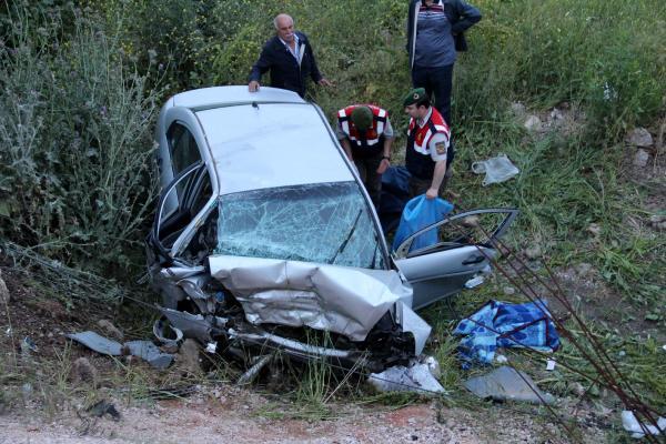 Otomobil şarampole yuvarlandı: 3 ölü