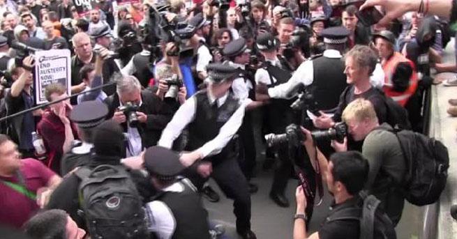 Polis ile göstericiler arasında arbede