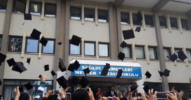 Üniversitede mezuniyet töreninde yemin krizi