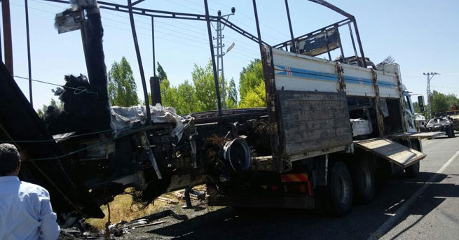 Bu kez de Ağrı'da kamyon yaktılar!