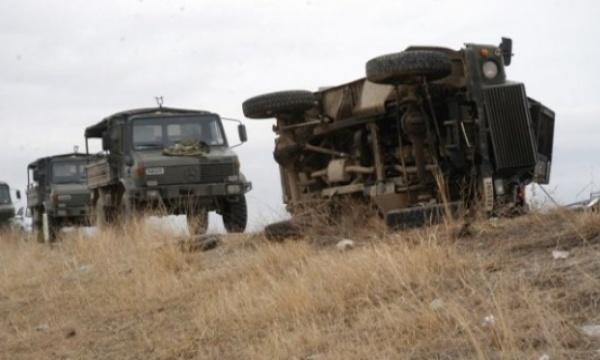 Askeri araç devrildi: 1 asker şehit